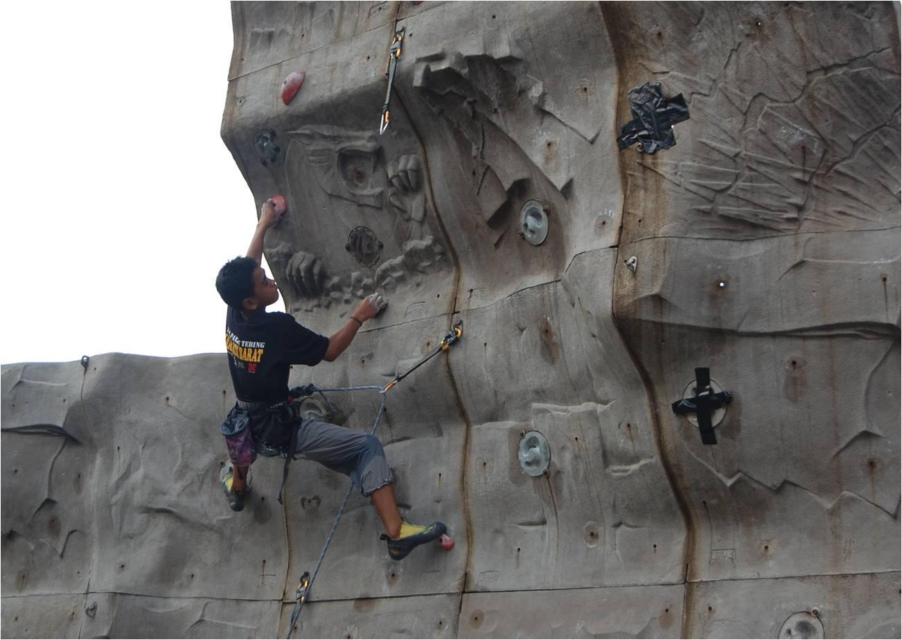 Himpunan Mahasiswa Pencinta Alam Universitas Esa Unggul Menggelar Wall Climbing Competition 2015
