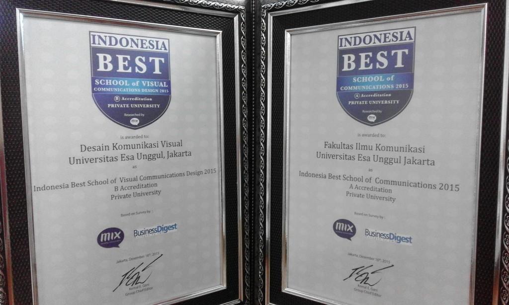 Piagam Penghargaan Pada Acara Indonesia Best School 2015