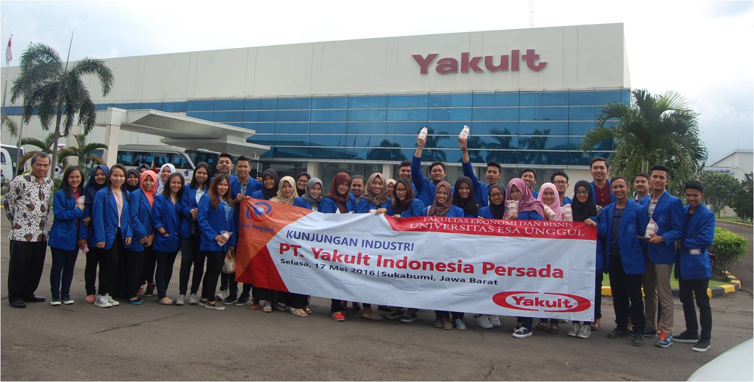 Mahasiswa Fakultas Ekonomi dan Bisnis Universitas Esa Unggul Berkunjung ke Pabrik Yakult, Sukabumi