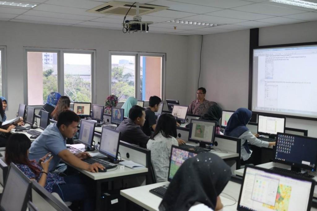 Kegiatan Praktikum di Laboratorium Komputer