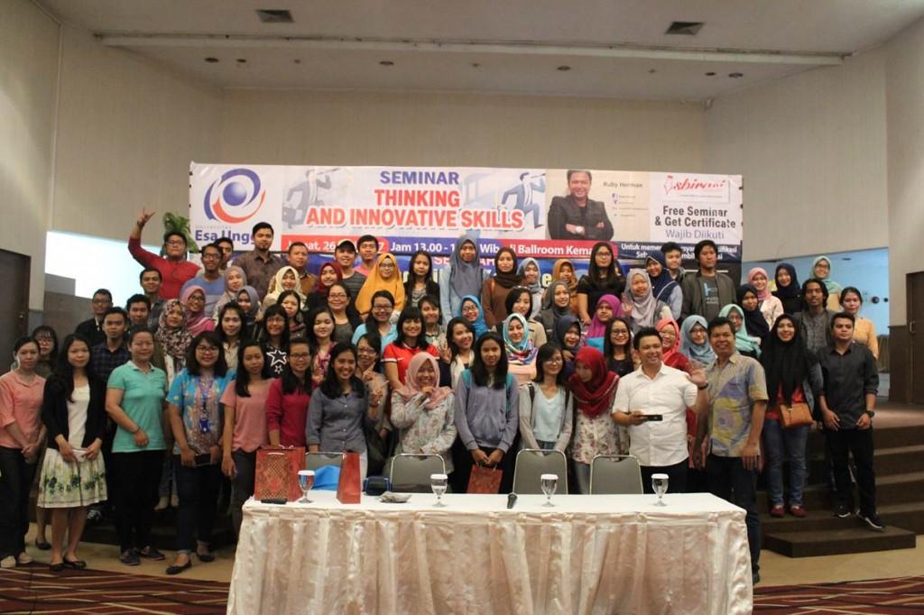 Foto Bersama Pembicara dan Peserta Seminar