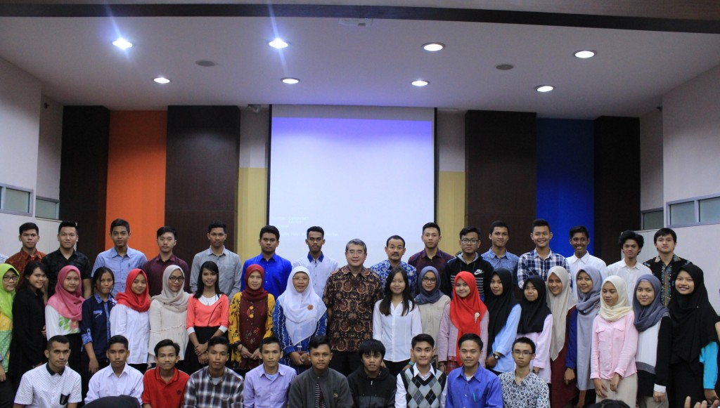 Foto Bareng Bersama Mahasiswa Peraih Beasiswa Esa Unggul