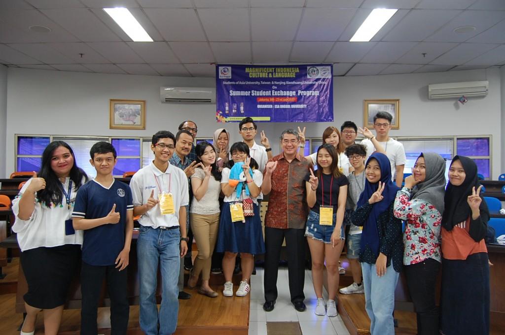 Foto Bersama Rektor beserta mahasiswa/i Asia University