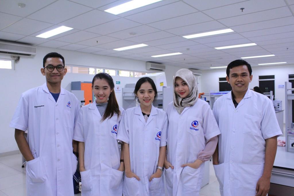 Sejumlah Mahasiswa Esa Unggul Jurusan Farmasi