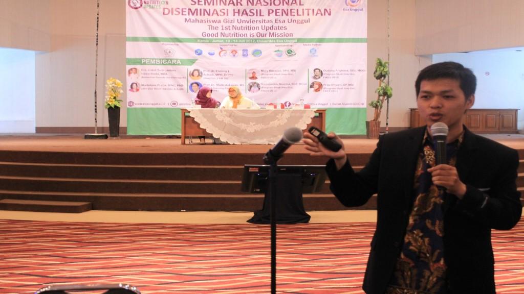Dudung Angkasa,MSC Menjelaskan Tentang Makanan Halal Di Acara Seminar Ilmu Gizi