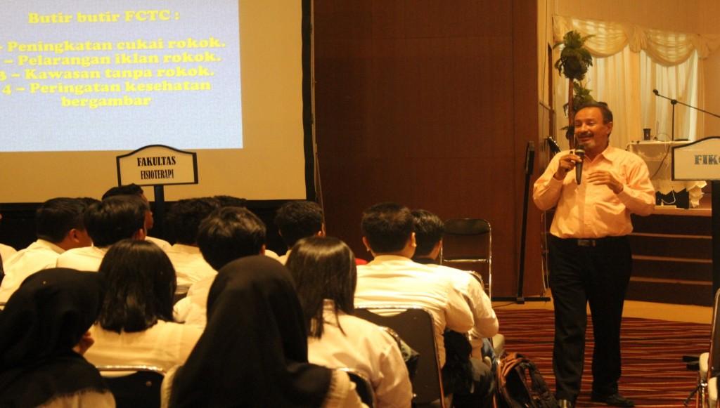 Fuad Baradja saat mengisi seminar mengenai Bahaya merokok saat Workshop Pre University