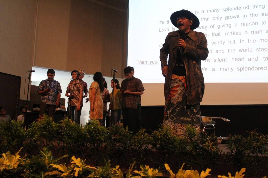 Penampilan Sujiwo Tejo Bersama Group Vocal Aaera