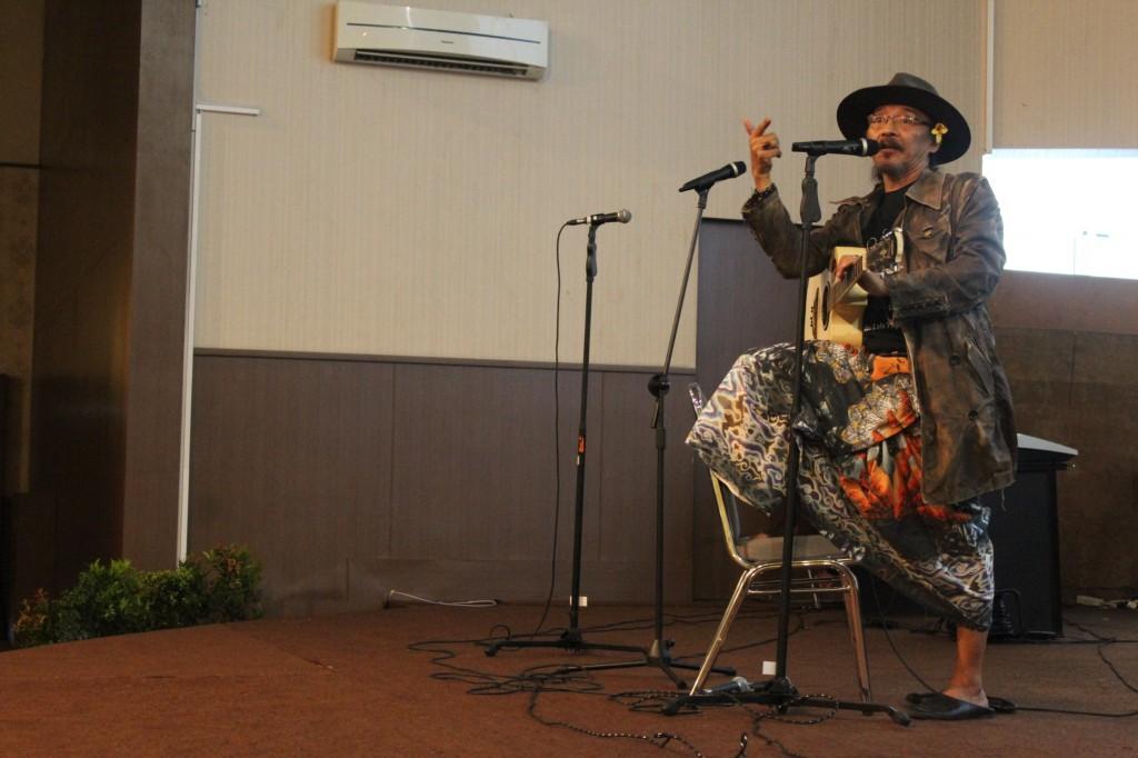Penampilan Sujiwo Tejo Memainkan Gitarnya Saat Seminar Mengenai Kebudayaan