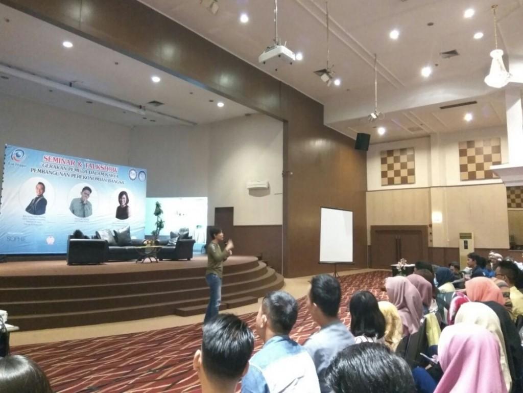 Pembicara Seminar Saat Sedang Menyampaikan Materinya