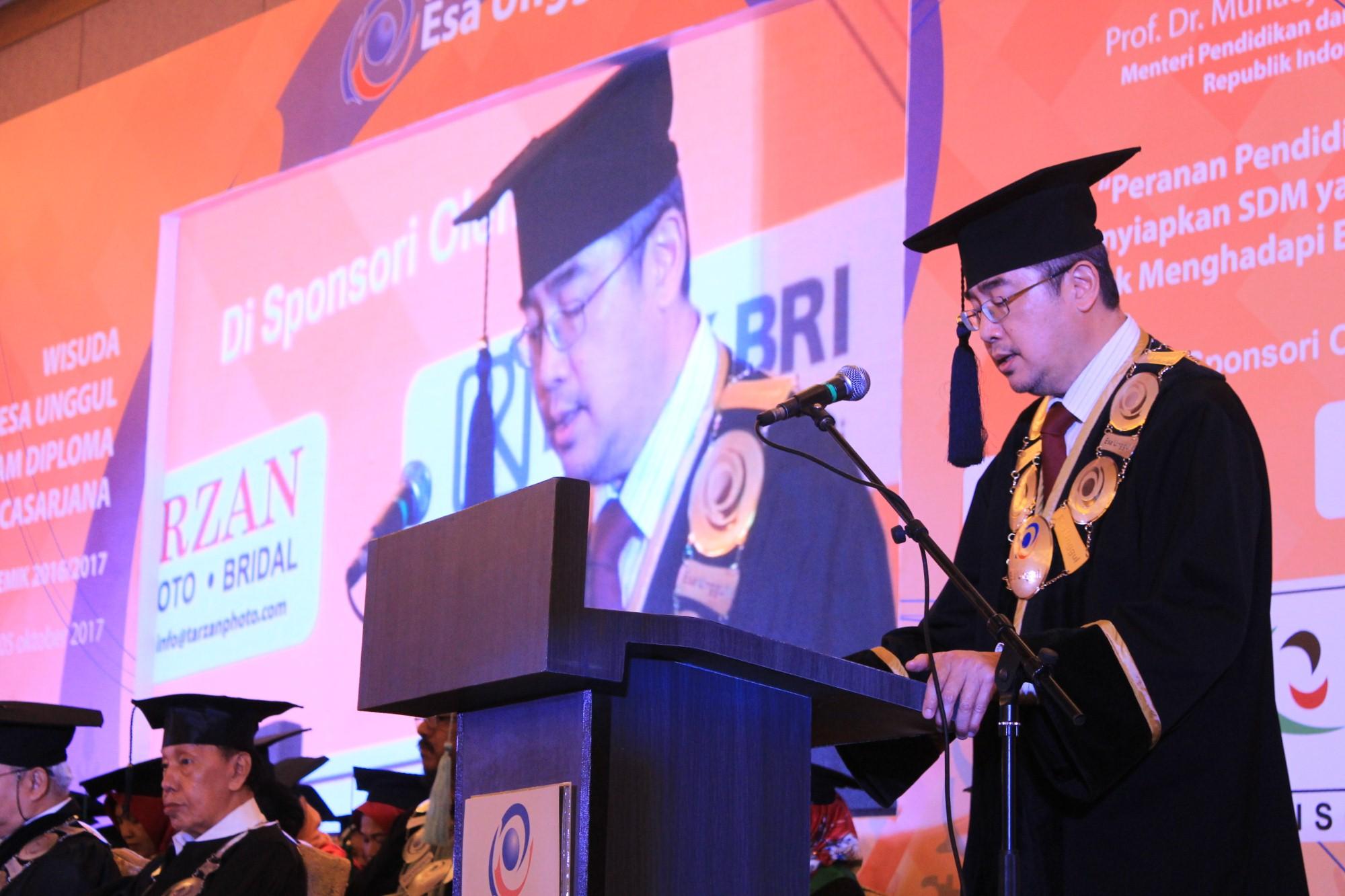 Universitas Esa Unggul Wisuda 1243 Sarjana Bersaing di Era Global