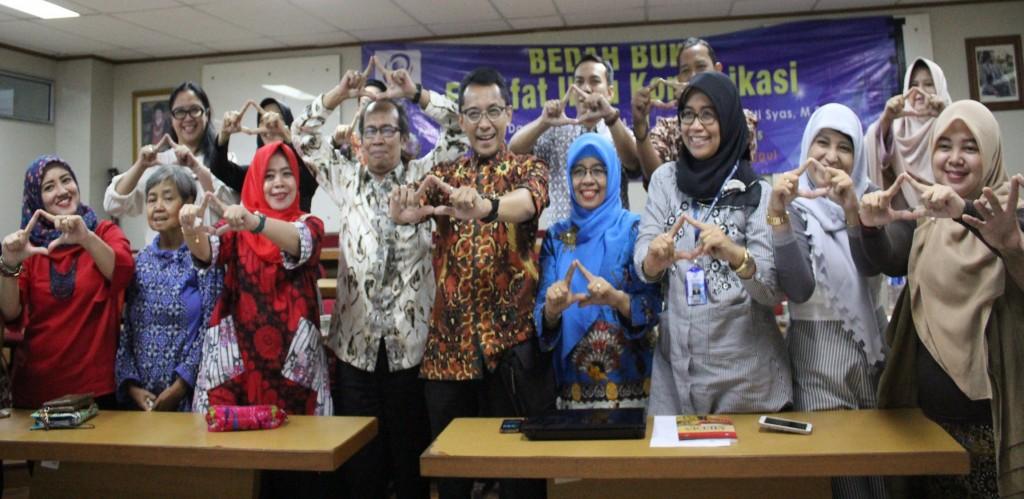 Foto Bersama Seusai Bedah Buku Filsafat Komunikasi bersama dengan Penulis Buku Drs. Dani Vardiansyah , MSi.