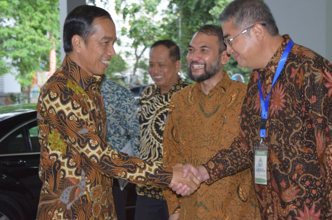 Rektor Universitas Esa Unggul Berjabat Tangan dengan Presiden RI Joko Widodo