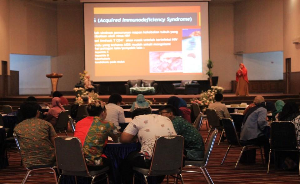 Salah Satu Pembicara Seminar Nasional Dr. Henny Saraswati, S.Si, M.Biomed