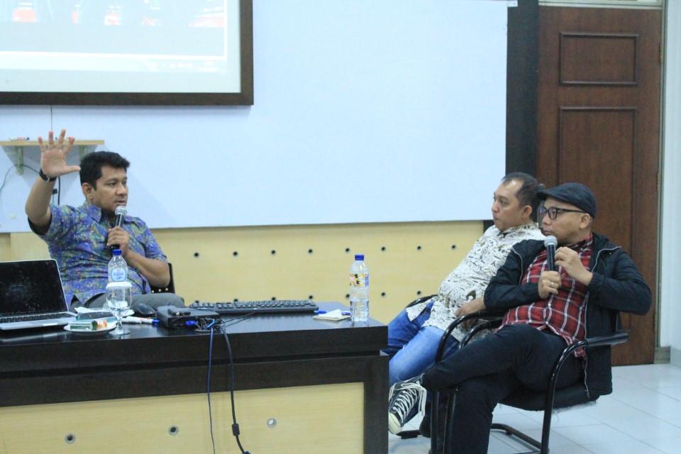 Diskusi Antara Narasumber dengan Salah Satu Moderator Dalam Seminar