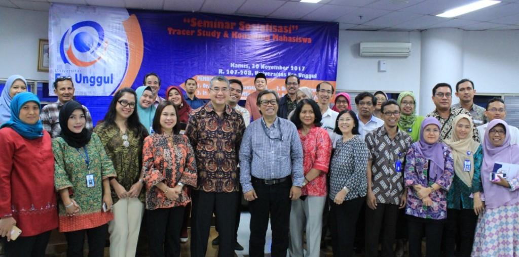 Foto Bersama Rektor dengan Peserta Seminar Sosialisasi TracerStudy & Konseling Mahasiswa