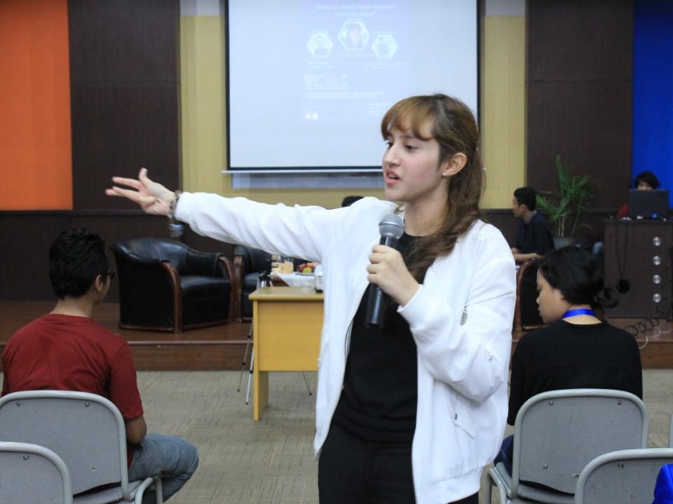 Tsamara Amany Saat Menyampaikan Materinya pada Seminar dan Workshop