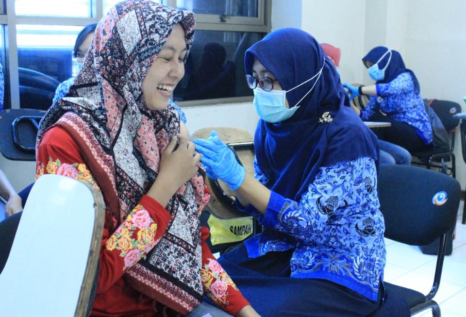 Cegah Penyebaran Difteri, BEM Esa Unggul dan Puskesmas Kebon Jeruk Gelar Imunisasi Gratis