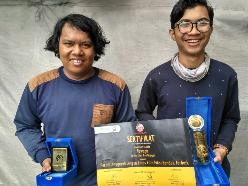 Ibnu Hasan dan Salah Satu mahasiswa DKV memamerkan Penghargaan yang didapatkan