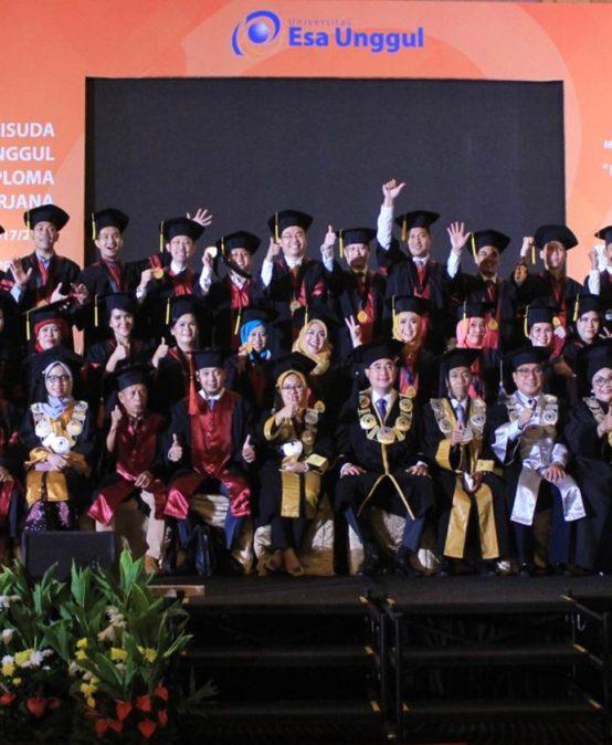 Universitas Esa Unggul Wisuda 865 Sarjana Bersaing di Era Digitalisasi Industri