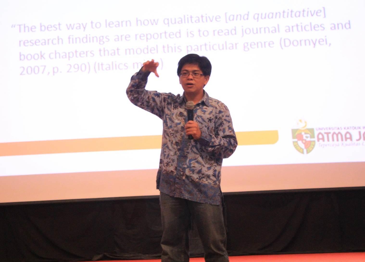 Salah Satu Pembicara dalam Seminar Critical Writing and Creative Writing