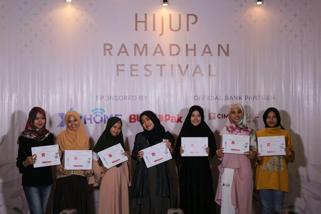 Ratih Foto Bersama saat Masuk Top 5 Hijup Festival