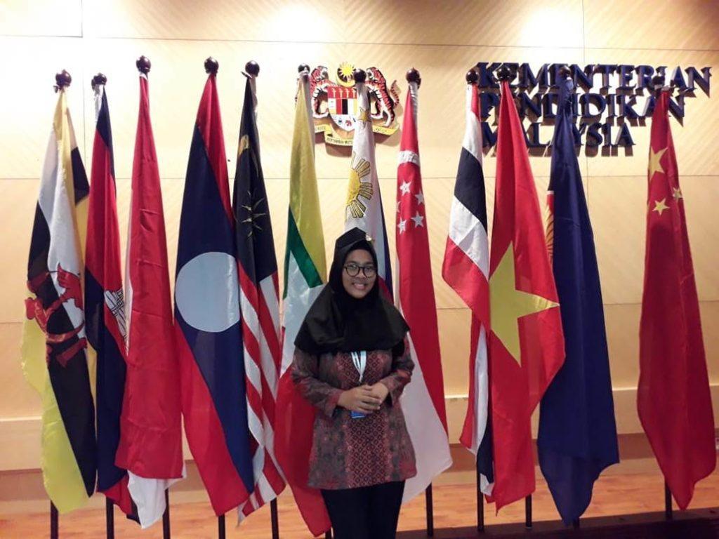 Karien Reynanda Berpose di sejumlah bendera negara-negara yang ikut KKN Antar Bangsa