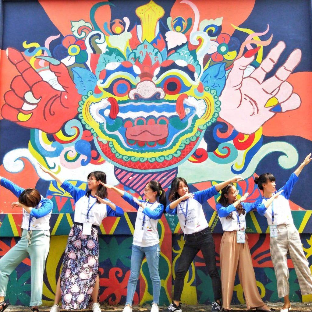 Keseruan Para Mahasiswi Summer Camp Berfoto di Salah satu Trademark UEU