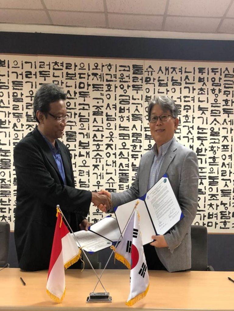 Wasis Soesatyo (Kiri) bersama dengan Prof.Dr. Jae Wan Moon (Kanan)