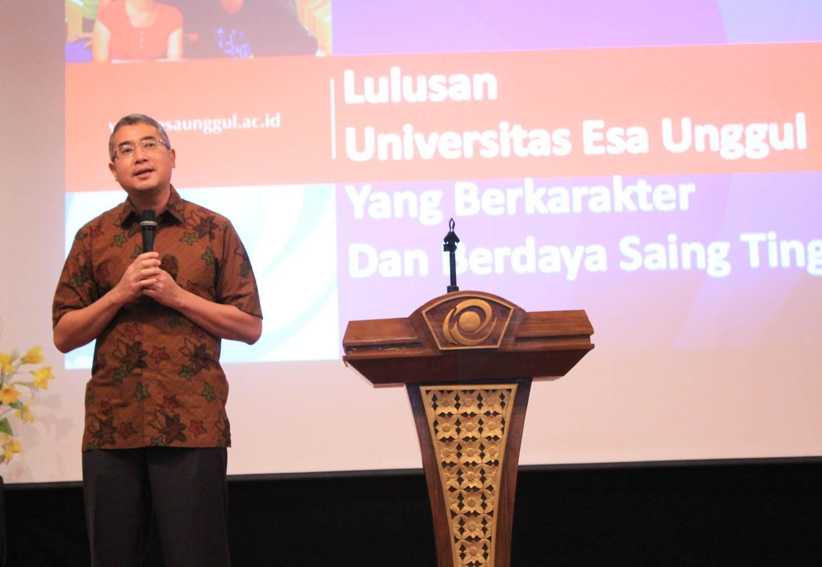 Rektor Universitas Esa Unggul Dr.Ir. Arief Kusuma, M.B.A Saat memberikan sambutan di Pre University