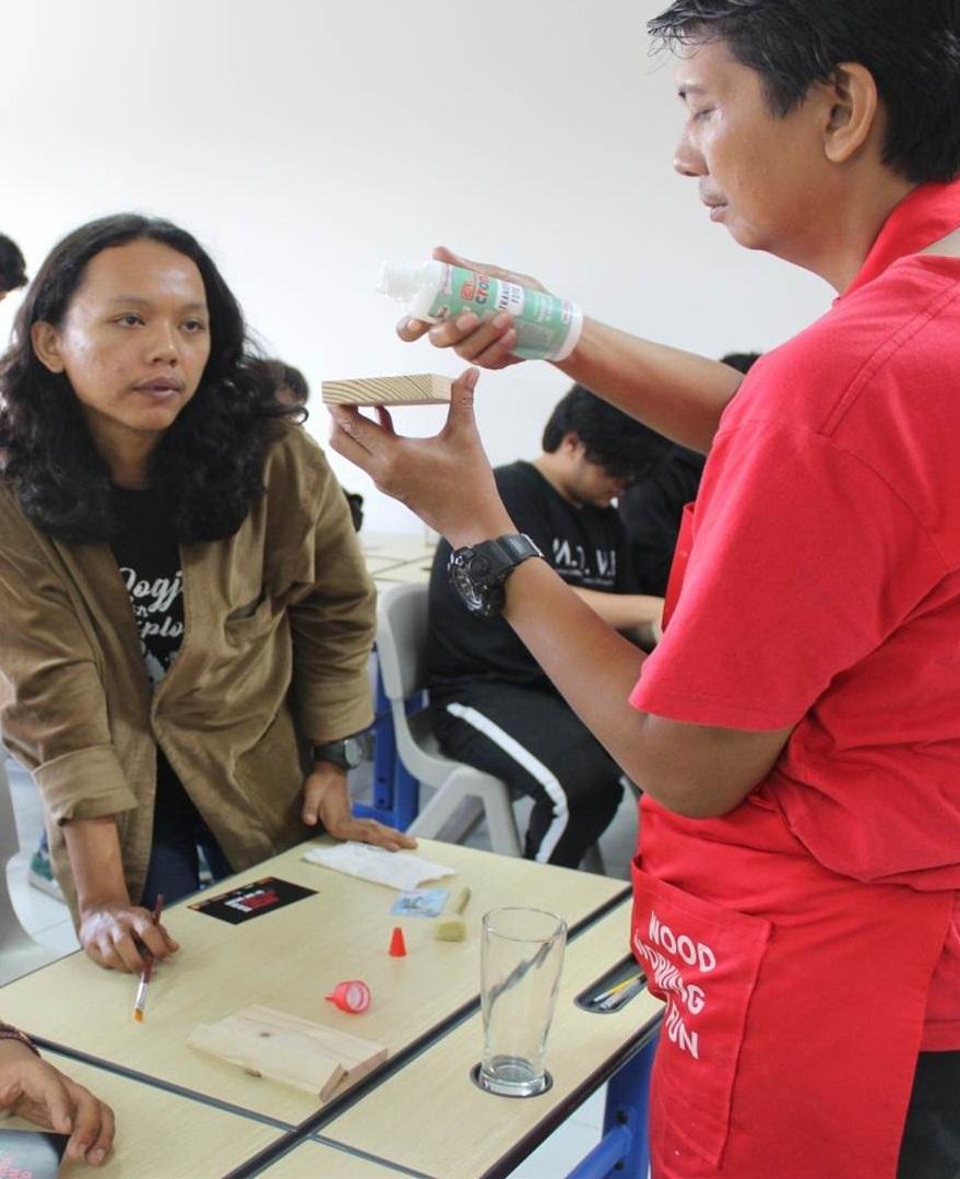 Serunya Workshop Practical Woodworking Mahasiswa DKV, Mentransfer Foto ke Objek Kayu dan Gelas