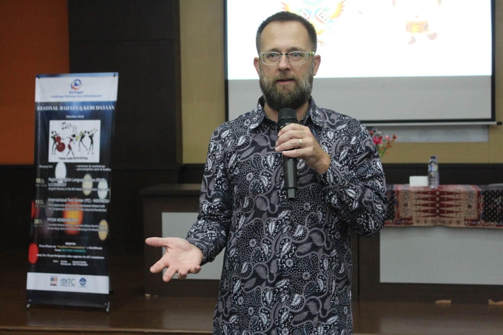 Regional English Language Office (RELO) US Embassy Dr. Bradley Horn Memberikan Pemaparan Sebagai Narasumber