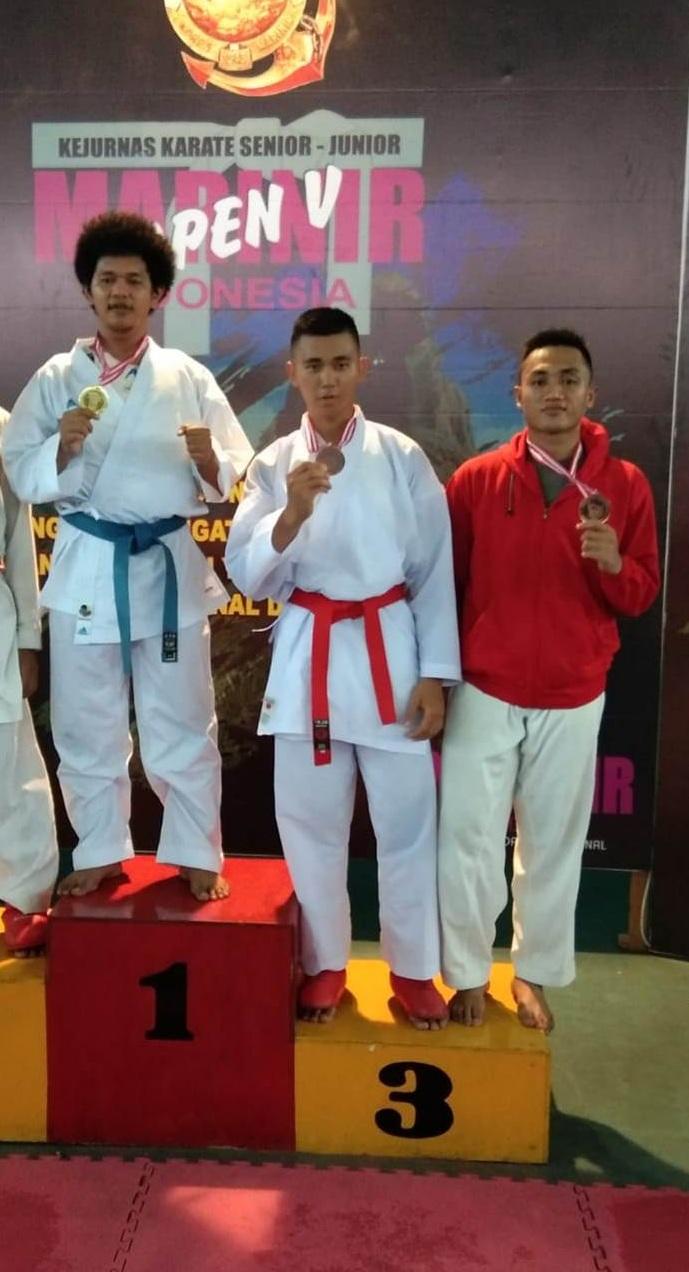 Endika Rachmad Mahasiswa Fikes Esa Unggul Raih Juara Tiga di Kejurnas Karate Marinir Cup