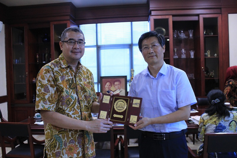 Rektor Universitas Esa Unggul bersama dengan President JSNU Wang Jin