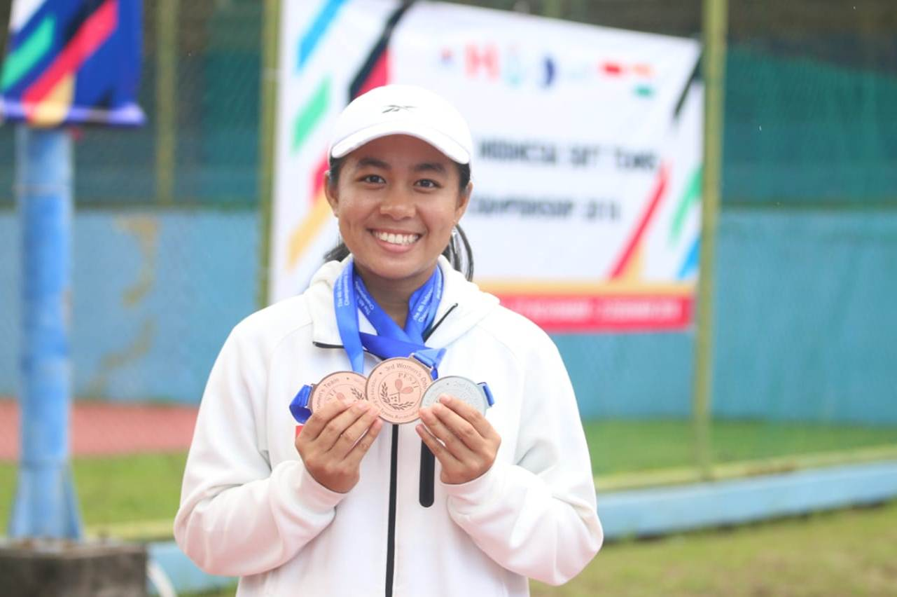 Angelica Irena Lontoh Saat memamerkan medali yang didapatkan saat membela Indonesia di ajang The 4th Soft Tenis Indonesia 2018