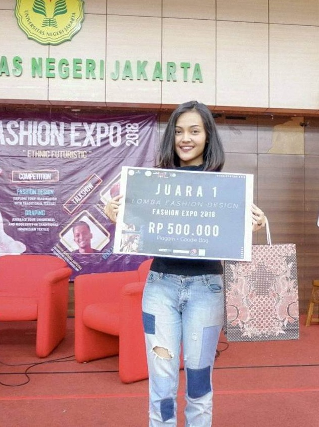 Nurillah Wendiasih Mahasiswi Desain Produk UEU Juara 1 Design Competition Fashion Expo 2018