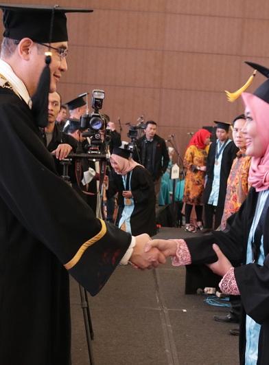 """Universitas Esa Unggul Wisuda 880 Sarjana Siap Hadapi revolusi Industri 4.0 Dengan """"RICH"""""""