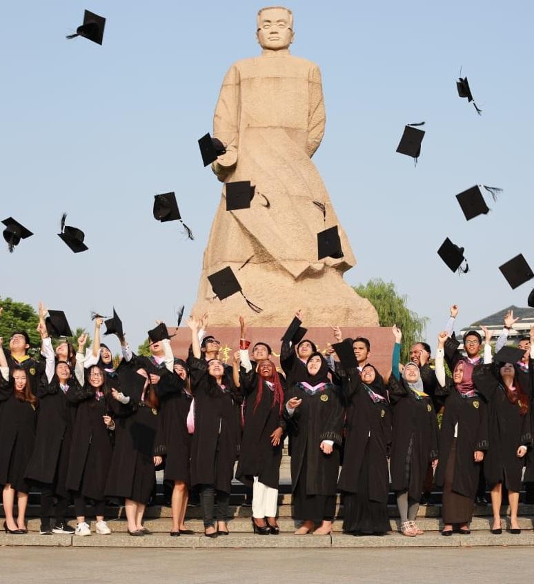 Mahasiswa Kelas Internasional Wisuda di Tiongkok
