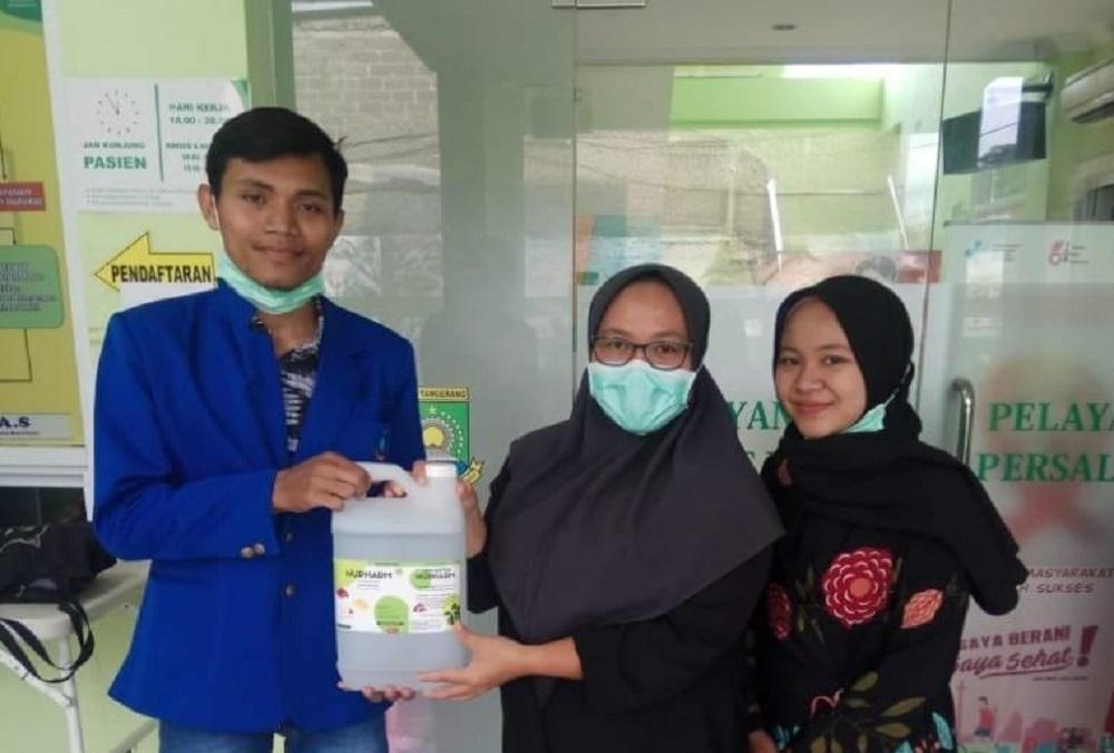 Prodi Farmasi Esa Unggul Sumbangkan Hand Sanitizer kepada Rumah Sakit
