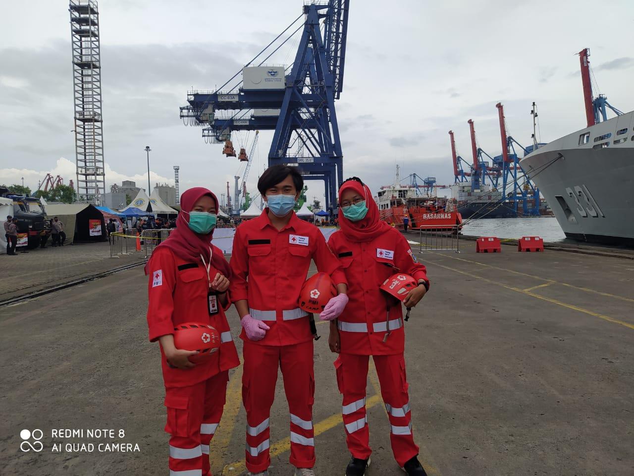 3 orang anggota PMI UEU saat Bantu Evakuasi