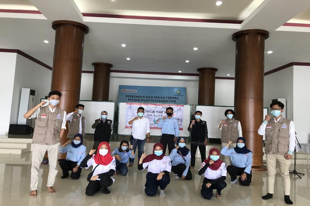 KSR UEU dan LDK Ikmi serta sejumlah Relawan lainnya berpose Seusai Donor Darah